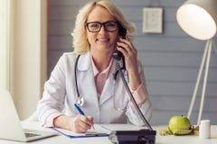Doutor fêmea idoso bonito Imagem de Stock Royalty Free