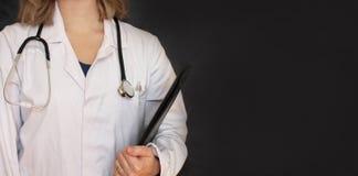 Doutor fêmea no fundo preto Imagens de Stock Royalty Free