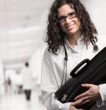 Doutor fêmea no hospital Foto de Stock