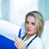 Doutor fêmea novo seguro Ser Leitura Resultado Foto de Stock
