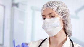 Doutor fêmea profissional na sala de hospital que calça luvas médicas Médico da mulher no trabalho filme