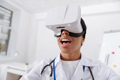 Doutor fêmea profissional que veste os vidros 3d Imagens de Stock Royalty Free