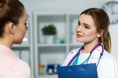 Doutor fêmea que conversa com paciente imagens de stock