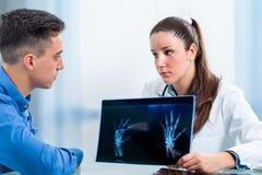 Doutor fêmea que discute resultados da saúde com o paciente fotos de stock