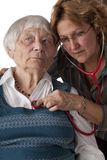 Doutor fêmea que examina o paciente sênior Fotos de Stock Royalty Free