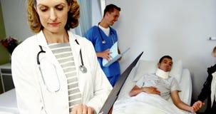 Doutor fêmea que examina o relatório médico vídeos de arquivo