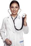 Doutor fêmea que examing com estetoscópio Foto de Stock Royalty Free