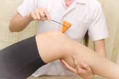 Doutor fêmea que faz o teste reflexo Foto de Stock