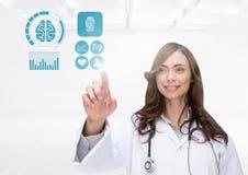 Doutor fêmea que finge tocar em ícones dos cuidados médicos contra o fundo branco Imagem de Stock