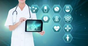 Doutor fêmea que guarda a tabuleta com ícones médicos do hexágono da relação Imagem de Stock