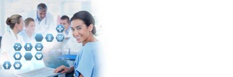 Doutor fêmea que guarda a tabuleta com ícones médicos do hexágono da relação fotografia de stock royalty free