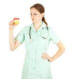 Doutor fêmea que mantem a urina à análise foto de stock