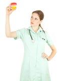 Doutor fêmea que mantem a urina à análise fotografia de stock