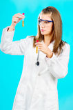 Doutor fêmea que olha os tubos químicos Fotos de Stock Royalty Free
