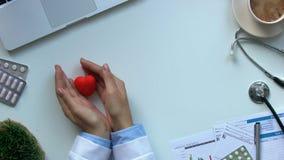 Doutor fêmea que põe o coração sobre a tabela, conscientização do brinquedo do curso, prevenção da doença video estoque