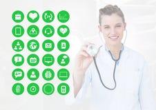 Doutor fêmea que trabalha com estetoscópio e ícones médicos na tela da relação Imagem de Stock Royalty Free