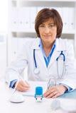 Doutor fêmea que trabalha no escritório imagem de stock