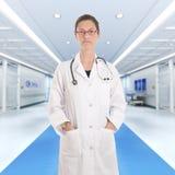 Doutor fêmea sério no hospital Imagem de Stock