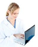 Doutor fêmea Self-assured que prende um portátil Fotos de Stock