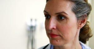 Doutor fêmea Using Digital Tablet video estoque