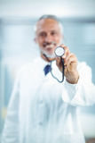 Doutor feliz que guarda o estetoscópio fotos de stock royalty free