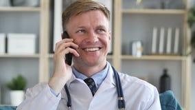 Doutor feliz Talking com paciente video estoque