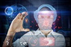 Doutor fêmea com a tabuleta futurista da tela do hud Bactérias, vírus, micróbio Conceito médico do futuro Fotografia de Stock
