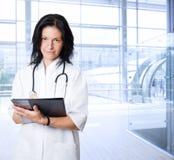Doutor fêmea feliz no hospital Fotos de Stock Royalty Free