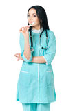 Doutor fêmea que guarda o termômetro Fotos de Stock