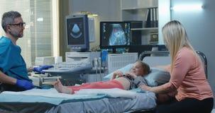 Doutor Giving High Five ? menina video estoque