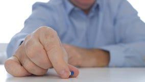 Doutor Hand Showing um medicamento novo colorido da Anti-depressão da terapia da cápsula foto de stock royalty free