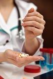 Doutor Holding Pills fotografia de stock