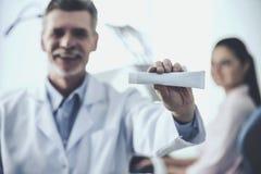 Doutor Holding Tube do dentífrico imagem de stock royalty free