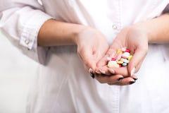 Doutor Holds Pills fotos de stock royalty free