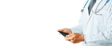 Doutor irreconhecível Using Digital Tablet, tecnologia moderna na medicina e no conceito dos cuidados médicos Imagens de Stock