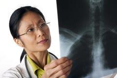 Doutor Looking no raio X Imagem de Stock Royalty Free
