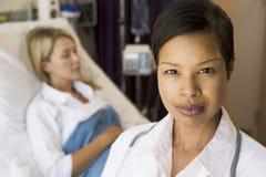 Doutor Looking Sério, estando no quarto de hospital Imagem de Stock Royalty Free