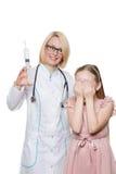 Doutor louco que faz a injeção vacinal a uma criança Fotografia de Stock Royalty Free