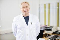 Doutor maduro seguro Smiling In Clinic imagem de stock