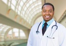 Doutor masculino afro-americano Inside Hospital Office fotos de stock