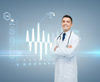 Doutor masculino com cardiograma na tela virtual Foto de Stock Royalty Free