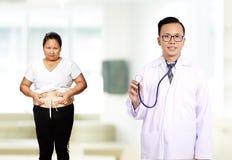Doutor masculino com a mulher paciente do diabético imagens de stock