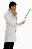 Doutor masculino com raio X médico fotografia de stock royalty free