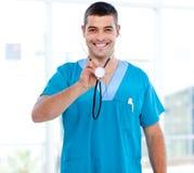 Doutor masculino confiável que prende um estetoscópio foto de stock