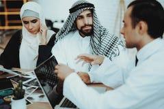 Doutor masculino Consulting Arabic Family no hospital imagem de stock royalty free
