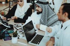 Doutor masculino Consulting Arabic Family no hospital imagem de stock