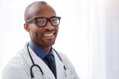 Doutor masculino jovial que sorri à câmera foto de stock