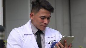 Doutor masculino latino-americano confuso video estoque