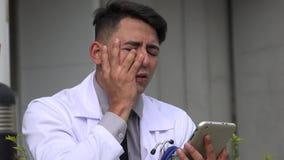 Doutor masculino latino-americano e esforço filme