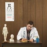 Doutor masculino na escrita da mesa. Foto de Stock Royalty Free